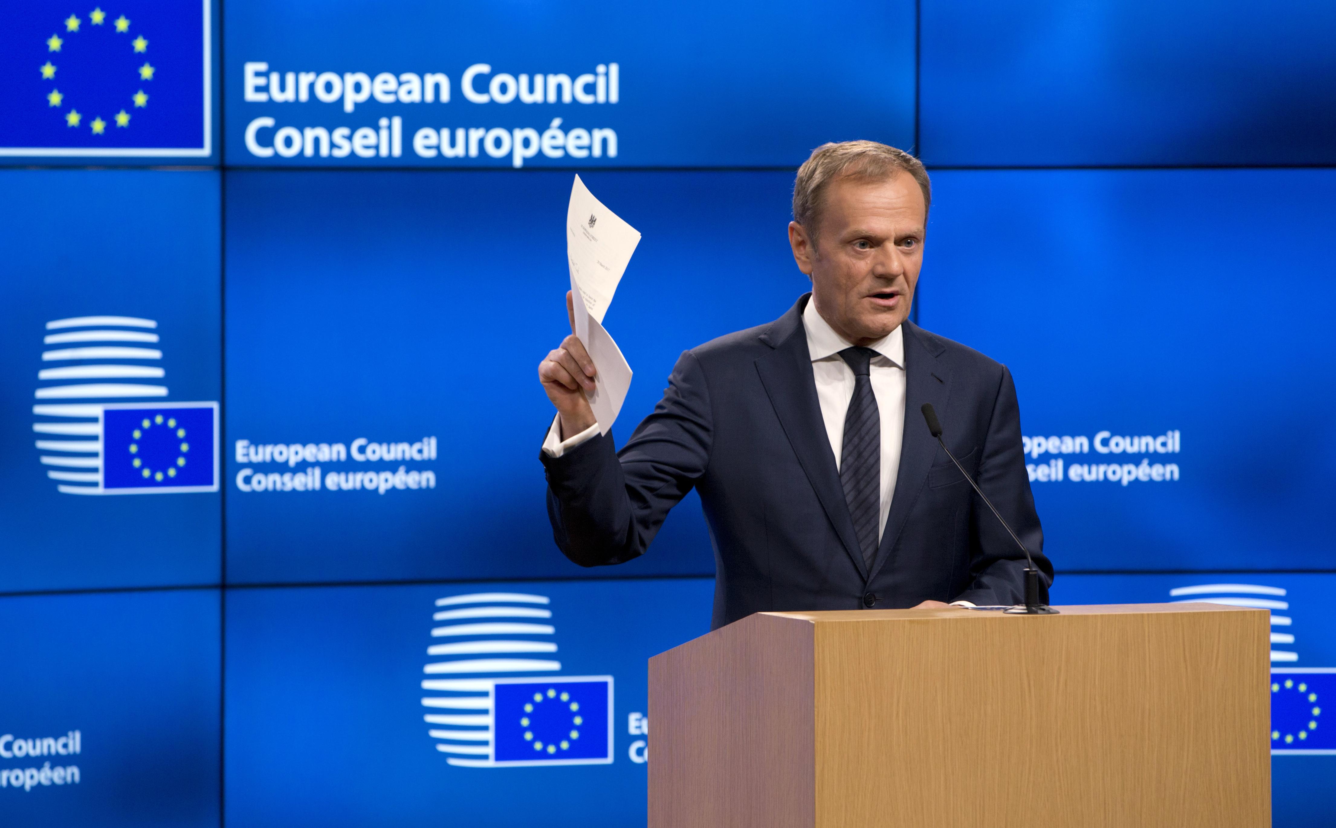De voormalig voorzitter van de Europese Raad, Donald Tusk, houdt de brief van Theresa May vast waarmee ze artikel 50 activeert