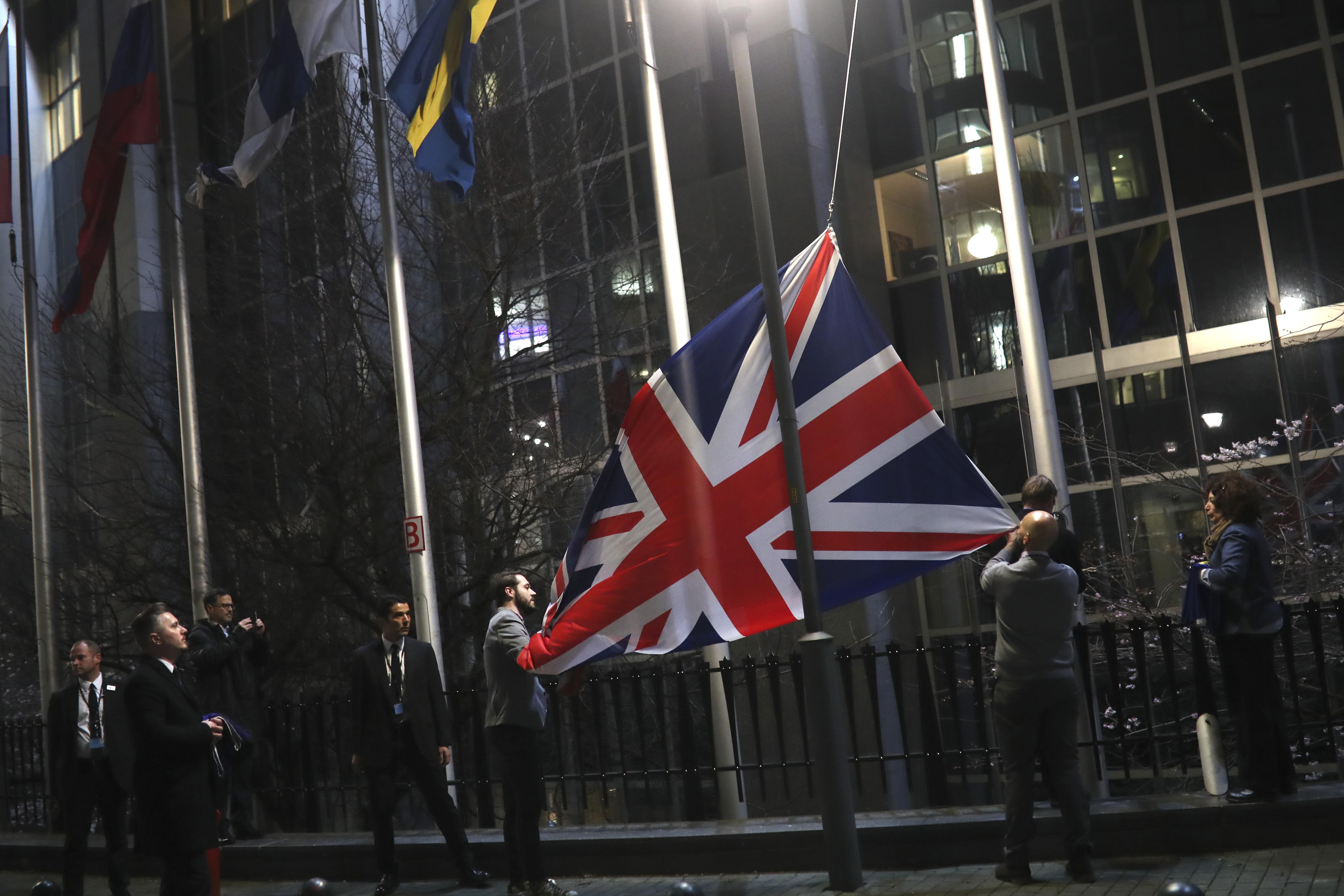 De Britse vlag wordt naar benden gehaald buiten het Europees Parlement in Brussel